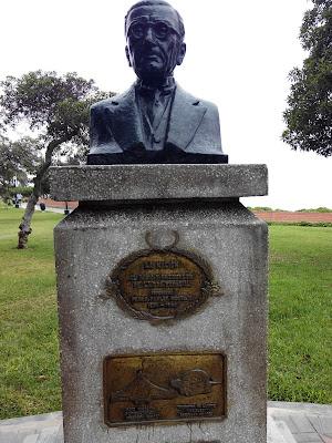 Monumento a Pedro Paulet Mostajo en Parque Domodossla Miraflores, Lima Perú