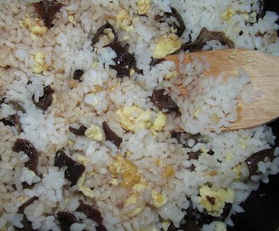 Жареный рис с грибами муэр (Цзидань Муэр Чаофань)