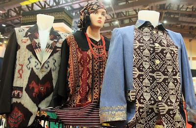 Pakaian pria dan wanita bermotif tenun dari Komodo Gift Shop