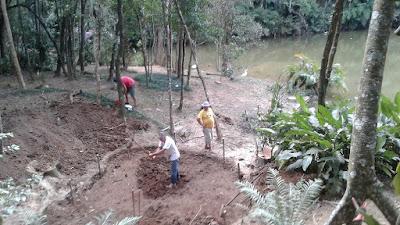 Bizzarri iniciando a construção de um lago ornamental com pedras ornamentais onde vamos fazer a cachoeira de pedra com os caminhos de pedra no jardim.