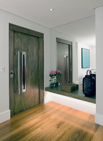 Puxador e visor de ao inox na porta do elevador  Design Inox