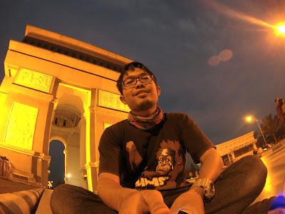 Selfie di Depan Simpang Lima Gumul