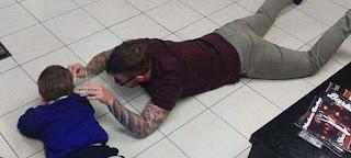 Κουρέας έπεσε στο πάτωμα για να κουρέψει αυτιστικό παιδί και είναι ό,τι πιο όμορφο είδαμε