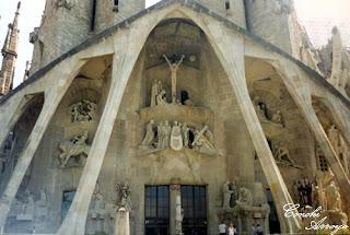 Puerta de entrada a la Sagrada Familia, fachada trasera.