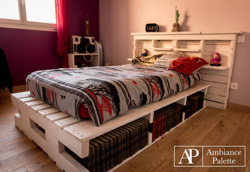 Cama y librer a con palets for Bases de cama hechas con tarimas