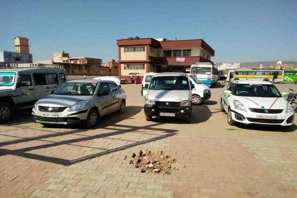 ढाई करोड़ में बना बसअड्डा लेकिन बस यहाँ दिखती ही नहीं, टैक्सी वालों ने किया कब्ज़ा