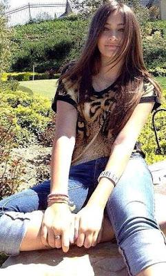 Foto de Paris Jackson sentada en un parque