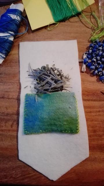 Eerste opzet van een vilten tasje, wit met een blauwgroen vakje waar wat lavendel in gaat.