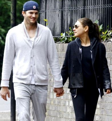 Foto de Ashton Kutcher paseando con su esposa Mila Kunis