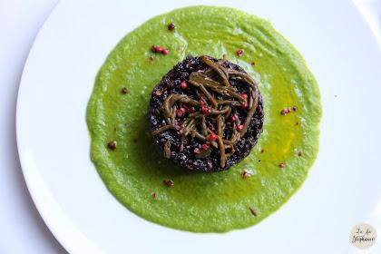 Risotto noir aux algues sur un velouté de petits pois