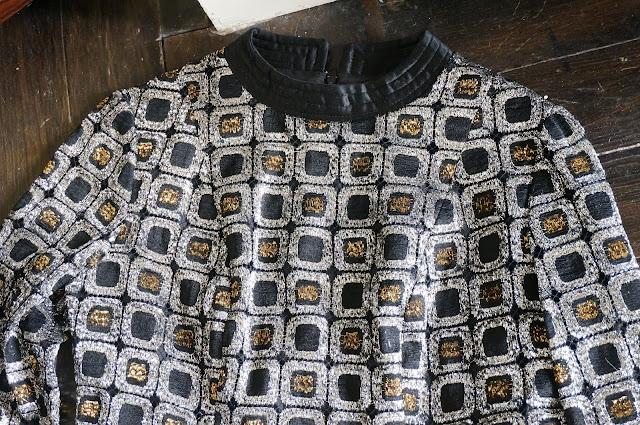 une mini robe cuivre / argent , les manches ne sont pas doublées et donc ajourées des années 60 70  60s 70s metallic mini dress