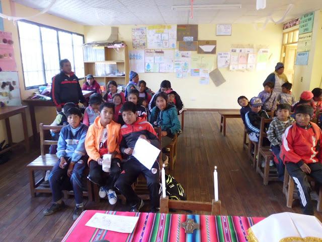 Der Gottesdienst findet in einem Klassenzimmer statt