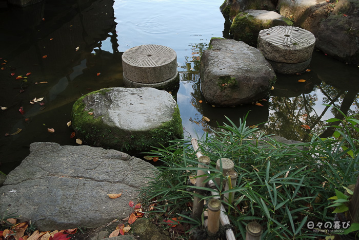 Pas japonais sur l'étang du Keitaku-en, Tennôji, Osaka