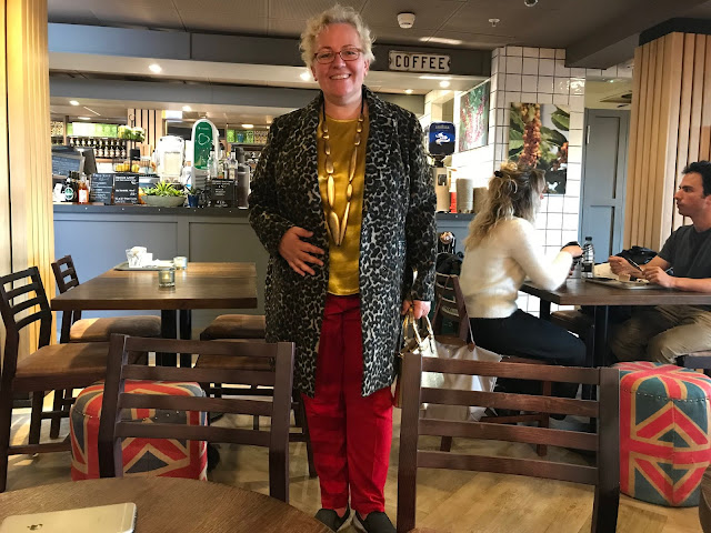 Kaffesoester in leopard coat at secret meeting