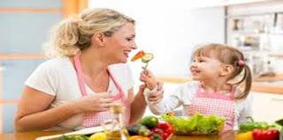 اطلبي مشاركة طفلك فى تحضير الطعام