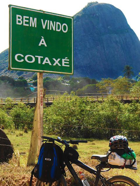 Arredores de Cotaxé, com a Pedra da Viúva ao fundo. Foto Gilson Soares, 2014.