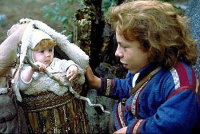 El actor Warwick Davis con la pequeña 'Elora Danan' en la película 'Willow' (1988)