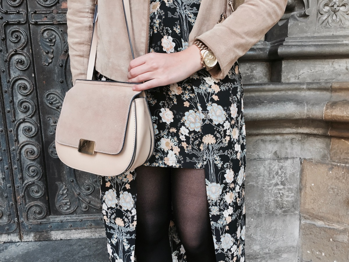 Outfit Autumn boho flower dress beige leather jacket boots www.theblondelion.com