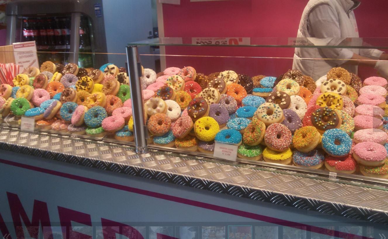 Venta de donuts en el mercado Markthal en Rotterdam. Market Hall en Roterdam