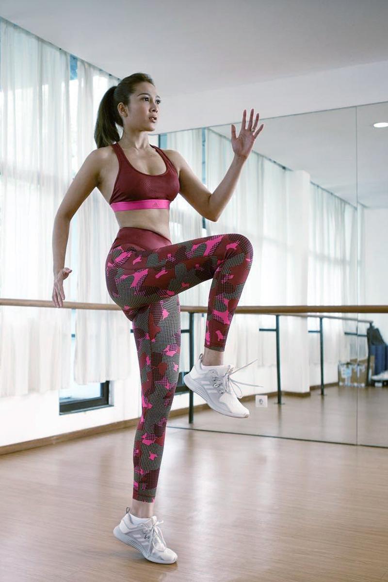 Andrea Dian crop T-Shirt Seksi kaki jenjang