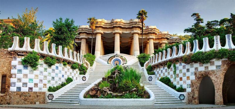 Subida a la sala hipóstila del Park Güell de Gaudí