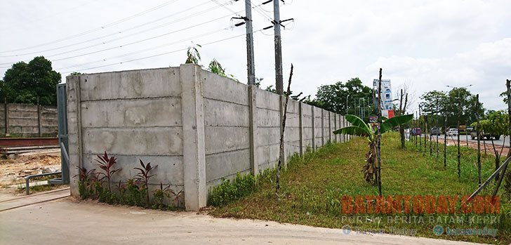 Kepentingan Perusahaan, PT BTG Batam Bangun Tembok Permanen Makan Row Jalan