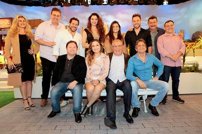 Carlos e Marcelo / O apresentador, o diretor e uma parte do elenco (Crédito: Lourival Ribeiro/SBT)