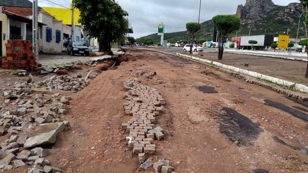 Na cidade de Milagres (BA) algumas ruas ficaram cheias de lama e uma enxurrada causou estragados na Coreia na entrada da cidade, via BR-116.
