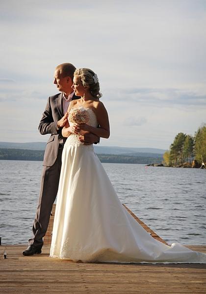 Фотосессия в свадебном платье на озере Таватуй