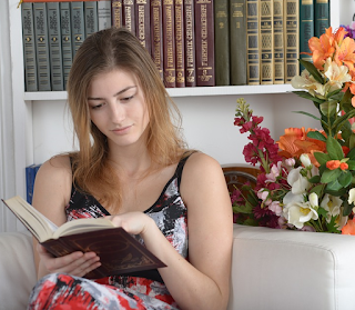 mujer lee libro