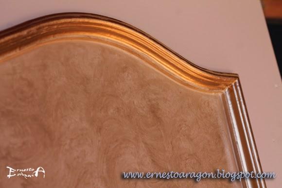 Ropero lacado en marfil, con paño patinado y moldura en oro viejo