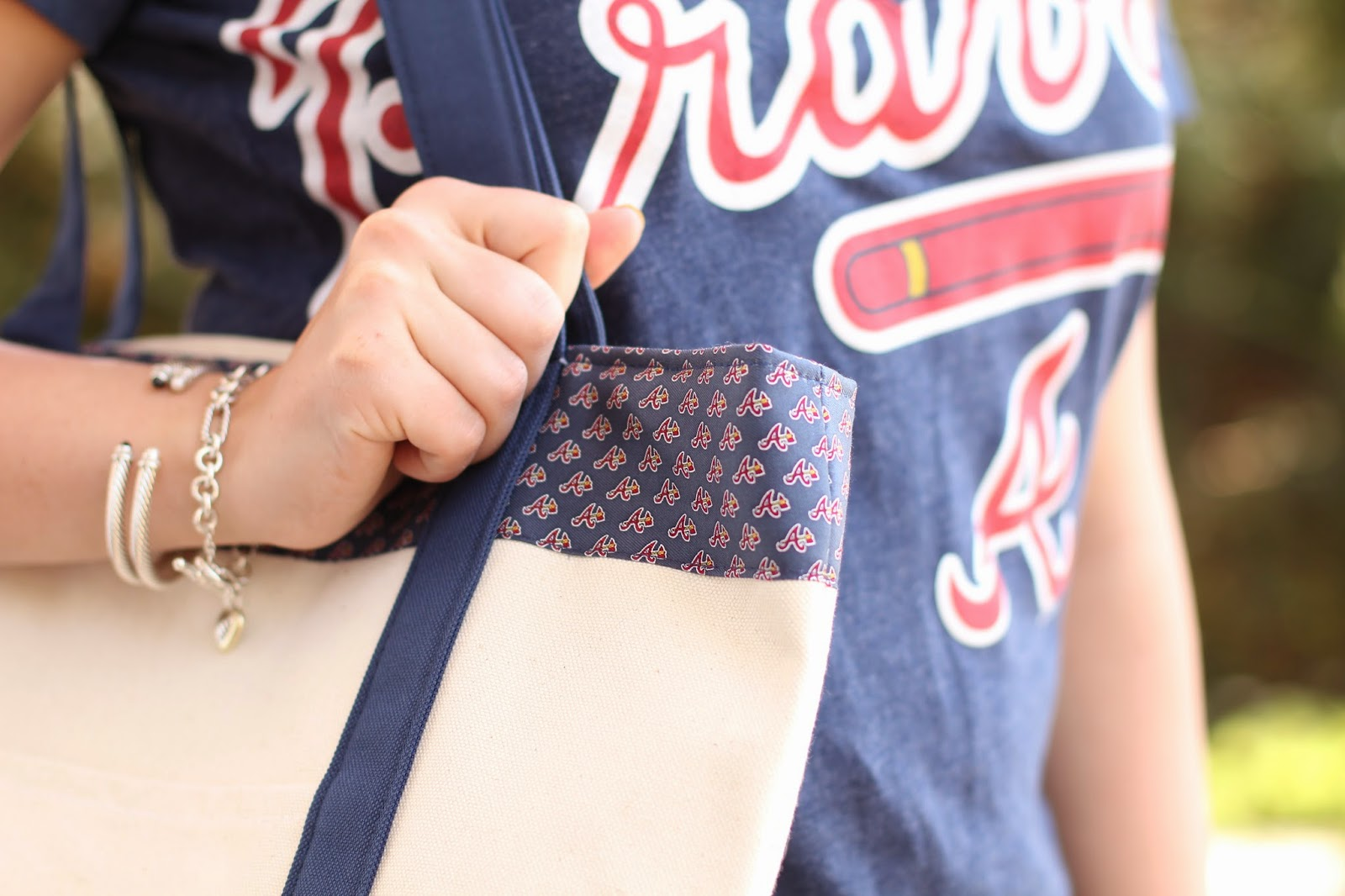 vineyard vines tote, vineyard vines mob collection, atlanta braves tote