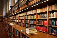 Büyük ve eski bir kütüphane ve raflarındaki kitaplar