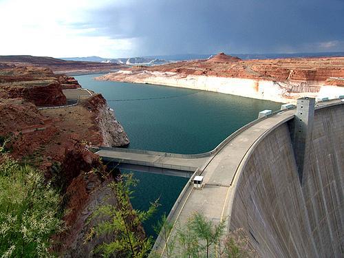 Água formando um grande lago em uma represa