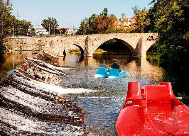 Ciclistas en el río Arga a la altura del puente de Santa Engracia