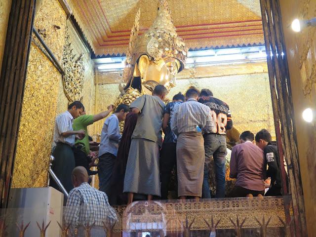 """Hombres en el """"ritual del oro"""" del Buda Mahamuni (Mandalay)"""