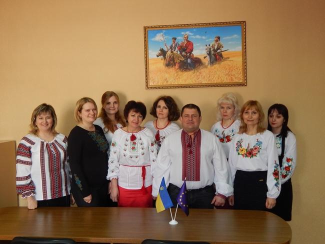 В Черниговской области глава горсовета пожелал, чтобы по средам сотрудники приходили в вышиванках
