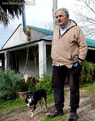 Ông Mujica và chú chó 3 chân Manuela