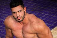 Lucas Mesquita, o Gavião do SBT, posa de sunga em piscina