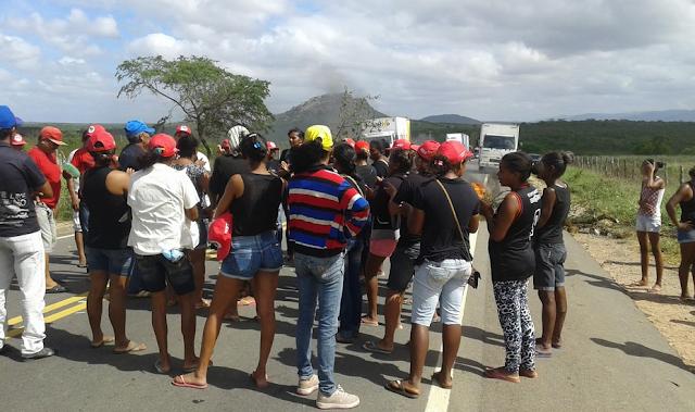 Assentados fecham rodovia AL 220 e comunicam liberação mediante fornecimento d'água pela prefeitura de Piranhas