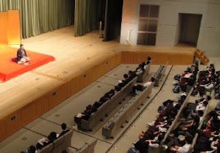 学校で開催された三遊亭楽春の楽しく学べる講演会(落語芸術鑑賞会)の風景です。