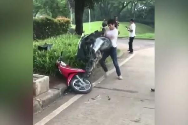 Viral! Video Pemuda Ngamuk Hancurkan M otornya Saat Ditilang