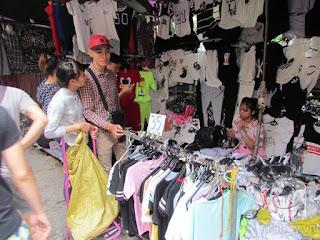 Một cửa hàng bán đồ tuổi teen, đồ đôi tại Chợ Ninh Hiệp