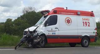 Homem morre em acidente entre moto e ambulância do Samu