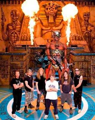 Foto de Iron Maiden cerca al fuego