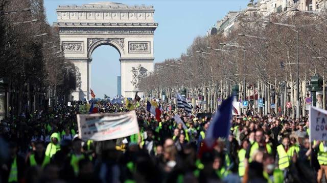 """Protesta masiva de """"chalecos amarillos"""" copa las calles de París"""