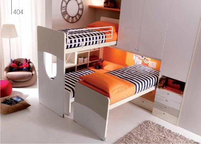 Un dormitorio infantil con tres camas dormitorios con estilo for Habitacion infantil 2 camas