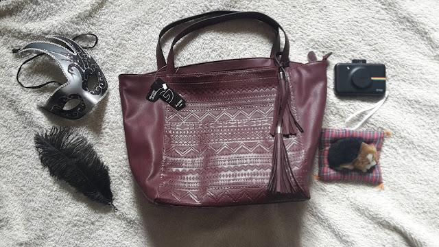 Le sac bordeaux en simili-cuir avec franche de chez GEMO qui peut garder mettre cahier A4, ohmylylie