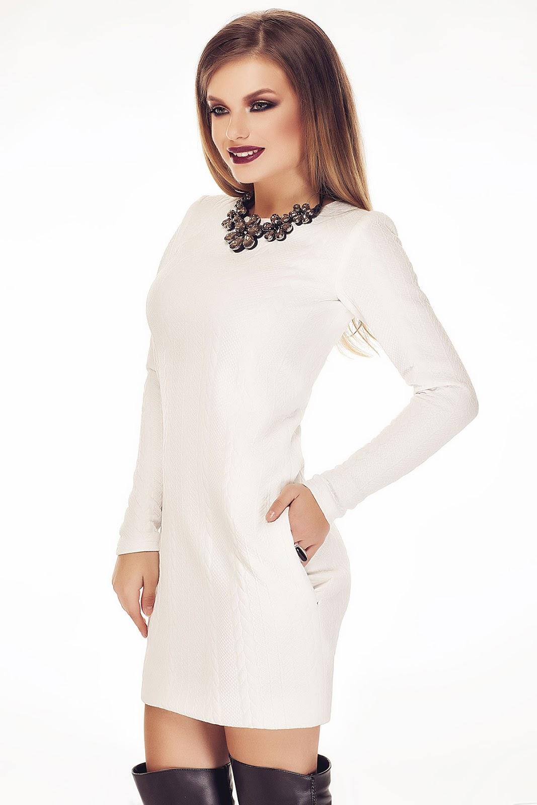 Alege rochii scurte, potrivite pentru un stil casual, rochii lungi, pentru tinute de ocazie sau midi, din bumbac sau stofa, pentru tinutele office. Descopera modelul preferat dintr-o multime de optiuni pe care orice femeie le viseaza in garderoba!