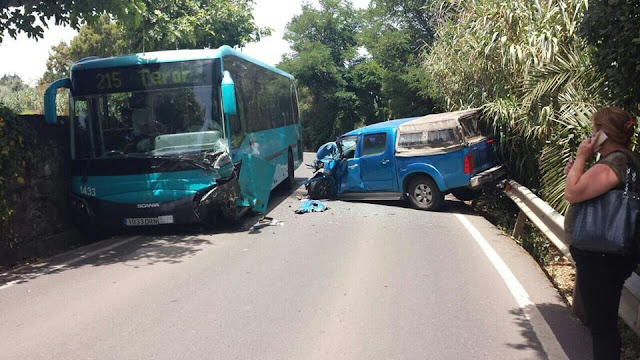 fotos del accidente guagua Global y coche carretera Teror, Gran Canaria